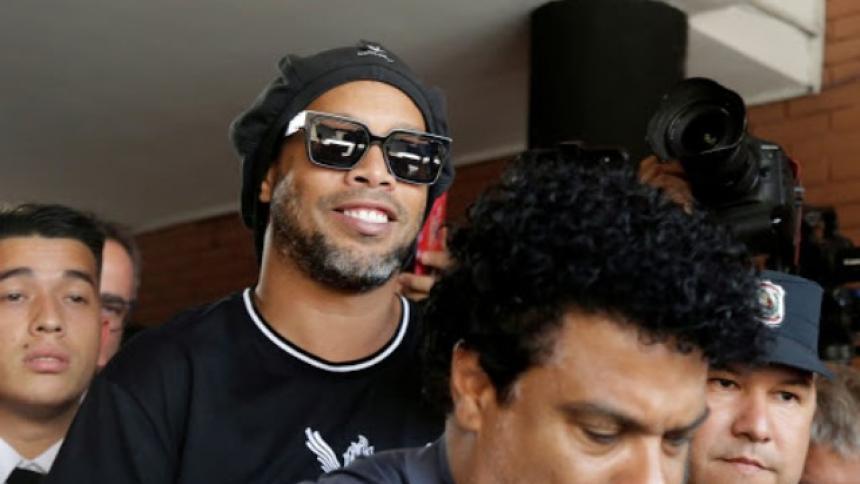 Ronaldinho en Asunción, junto a su hermano Roberto (adelante).