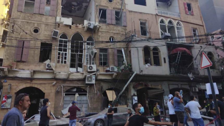 Aspecto de los daños por la explosión generados en una zona residencial de la capital libanesa.