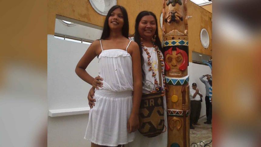 Lin Sánchez con su hija. A ella le inculca el amor por su cultura.