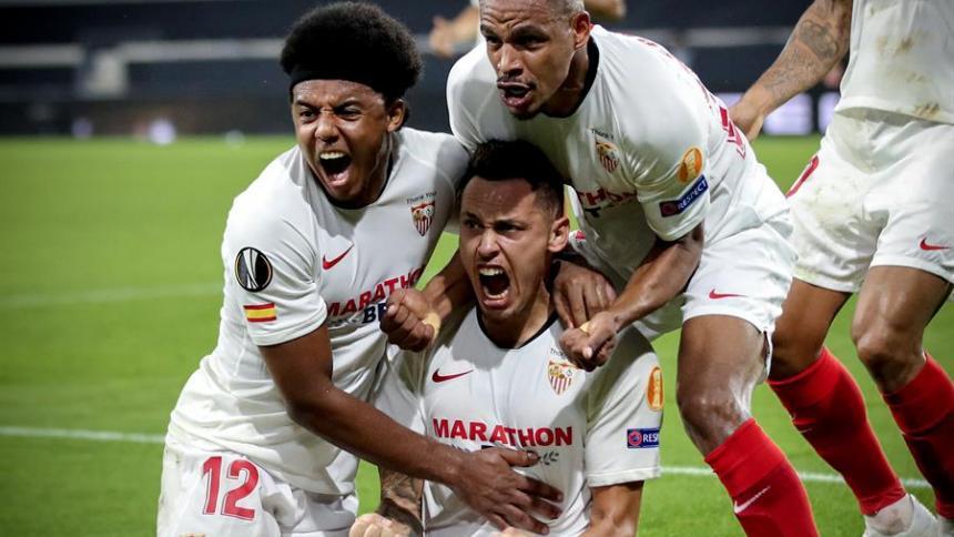Ocampos celebra, junto con dos compañeros del Sevilla, el tanto que les dio el tiquete a las semifinales de la Europa League.