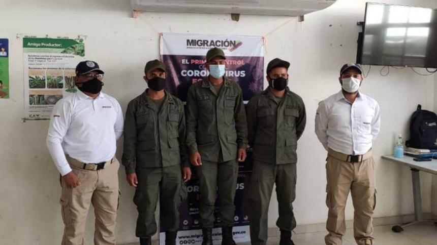 Los militares venezolanos fueron entregados a Migración Colombia en Paraguachón frontera con Venezuela.