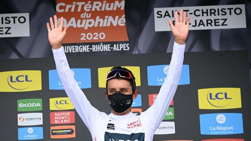 Egan Bernal en el podio de la primera etapa del Dauphiné.