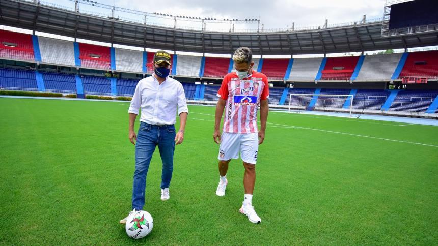 El alcalde Jaime Pumarejo junto a Teófilo Gutiérrez en el estadio Metropolitano.