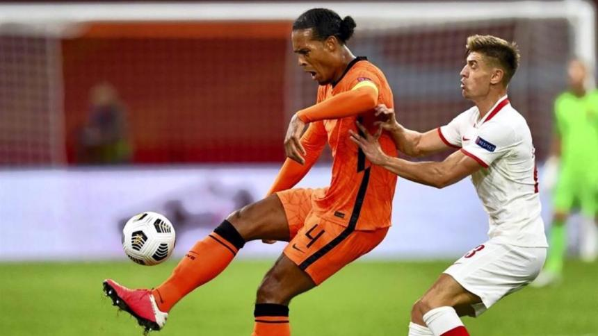Holanda vence a Polonia tras la partida de Ronald Koeman