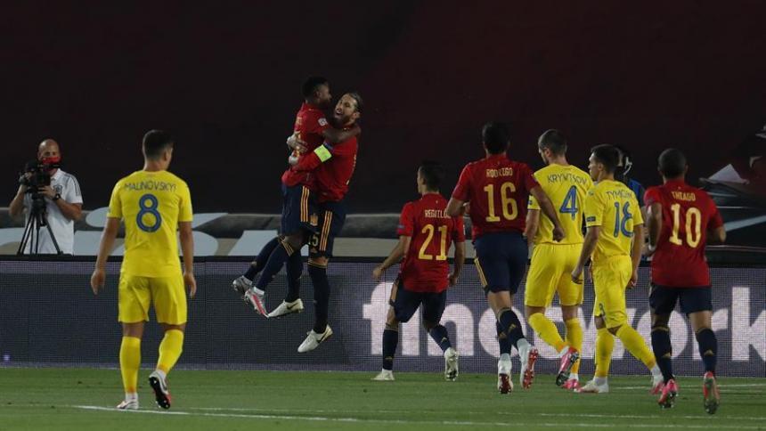 Ansu Fati y Sergio Ramos celebran una anotación ante Ucrania.