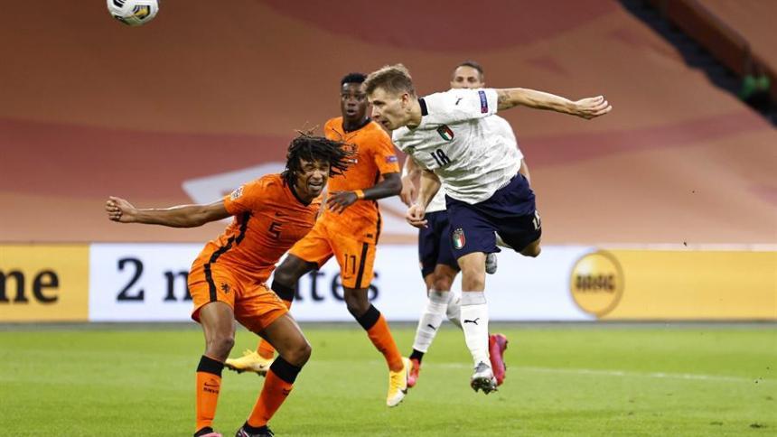 Barella anota de cabeza el tanto del triunfo de Italia sobre Holanda.
