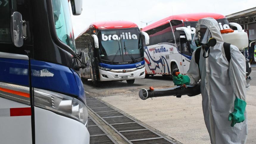 Un operario desinfectado un autobús.