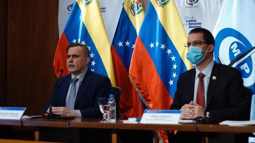 El fiscal general de Venezuela, Tarek William Saab y al canciller, Jorge Arreaza, durante la presentación de un comunicado en Caracas.