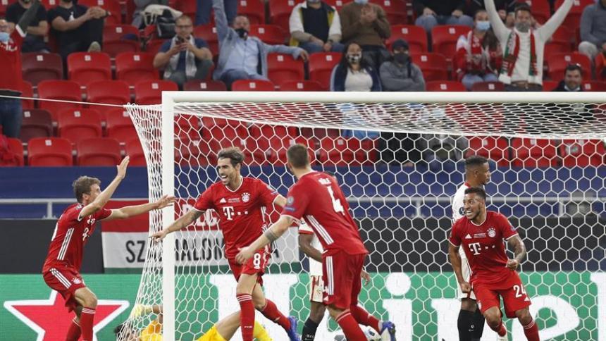 Javi Martínez corre a celebrar con sus compañeros el gol que significó un nuevo título.