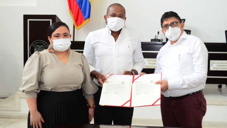 Cristina Montalvo, decana de la facultad de Ciencias Jurídicas; Gersel Pérez Altamiranda, presidente de la Asamblea y José Henao, rector (e) de Uniatlántico.