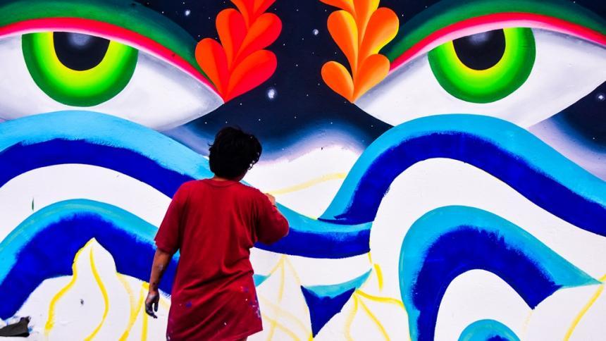 La pintada de muros de Killart llega con color y gestualidad a su cuarto día