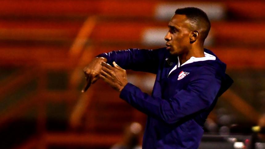 Luis Amaranto Perea dando indicaciones en la derrota del Junior 1-0 frente a Envigado FC.