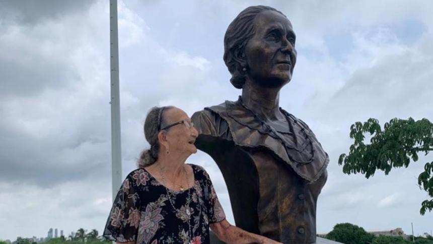 Carmen Mejía, junto al busto de su madre, Micaela Lavalle, en la Ventana de Campeones.