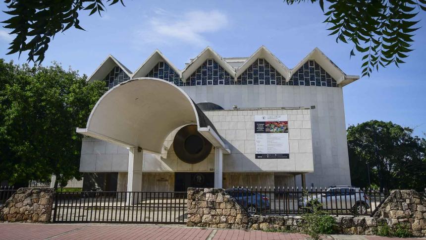 Fachada del Teatro Amira de la Rosa, declarado Bien de Interés Cultural de la Nación en 2006 por el Ministerio de Cultura.