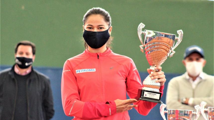 Mafe Herazo posa con el trofeo de campeona.
