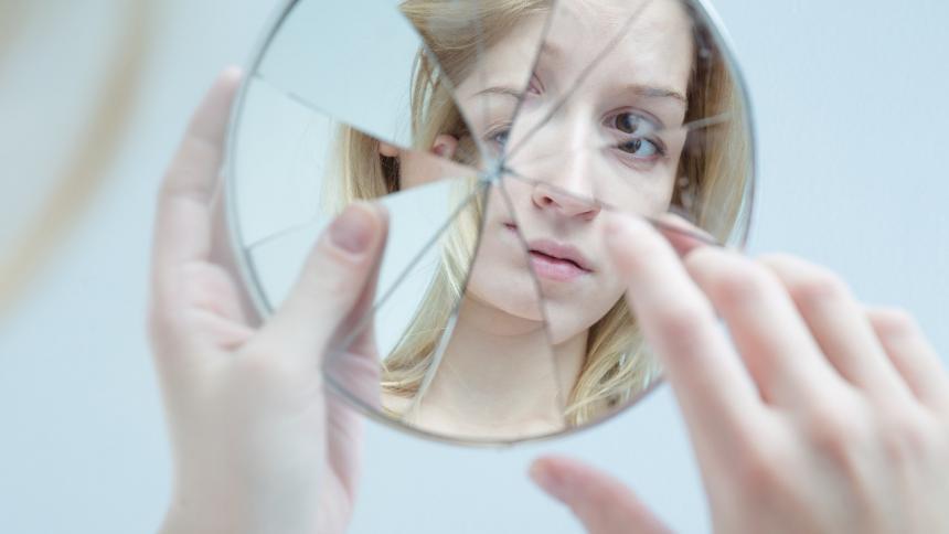 Romper un espejo es una de las supersticiones más comunes en el martes 13.