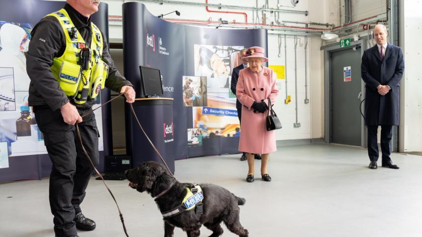 Reina Elizabeth sale por primera vez desde inicio de la pandemia