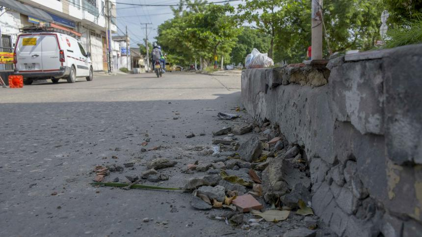 Este andén  del barrio  Lucero, en la carrera 36 con calle 50, sostuvo gran parte de  la detonación de la granada la noche del 12 de octubre .
