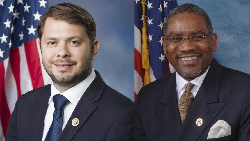 Los representantes demócratas Rubén Gallego y Gregory Meeks.