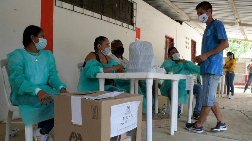 Un hombre ejerce su derecho al voto en una de las mesas habilitadas en el colegio José David Montezuma Recuero de Repelón.