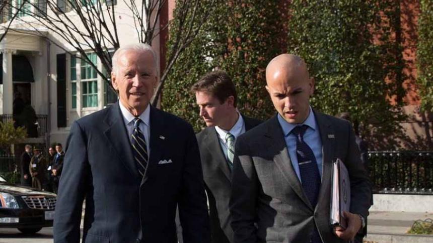 El asesor Juan González junto al exvicepresidente Joe Biden.