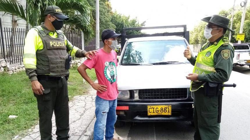 La Policía ubicó la camioneta desde donde lanzaron los desechos.