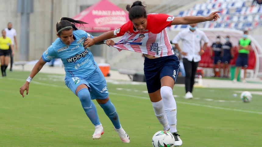 Oriánica Velásquez, del Junior, disputa el balón con Verónica Arcila del Deportivo Cali.