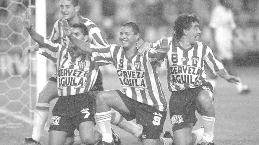 Héctor Gerardo Méndez (derecha) celebra un gol rojiblanco con Valenciano, Pacheco y Cristian Montecinos.