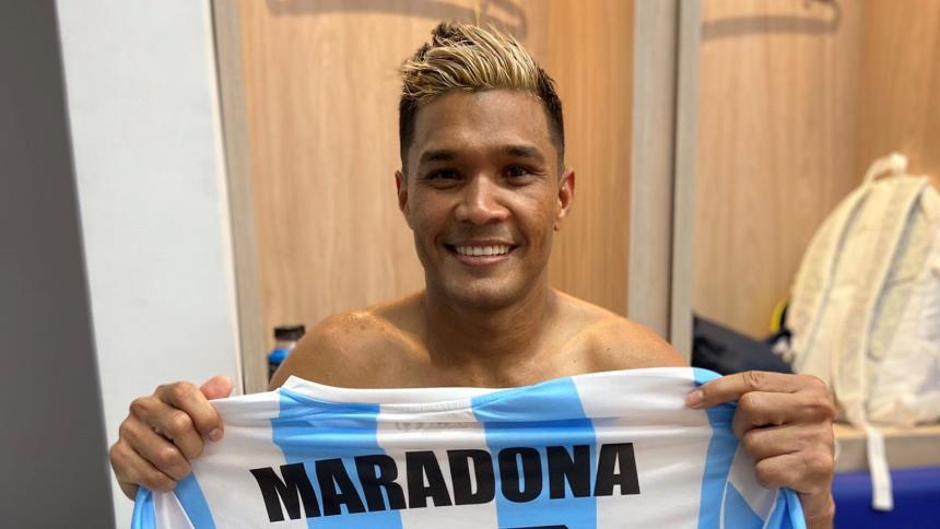 Teófilo Gutiérrez mostrando la camiseta con el apellido del astro argentino.