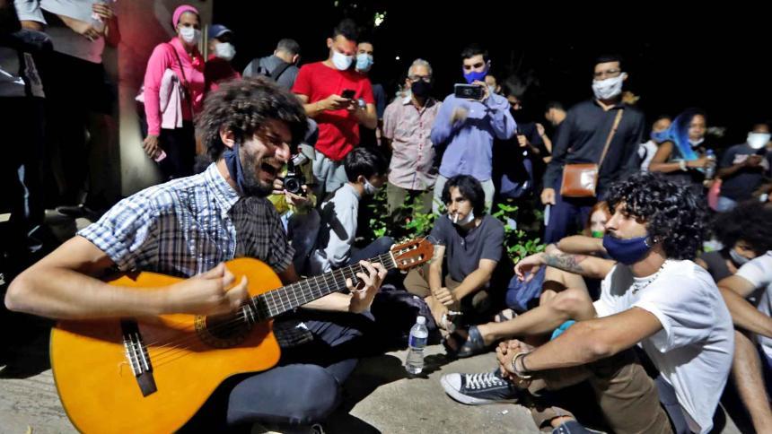 Varios jóvenes cantan durante la protesta pacífica.
