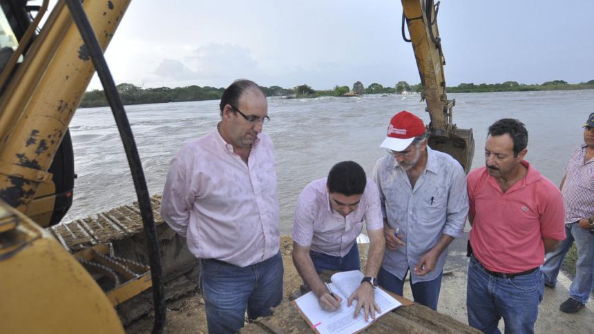 Eduardo Verano con Juan Pablo Deik y Carlos Rosado cuando firmaron el convenio para las obras en el Sur.