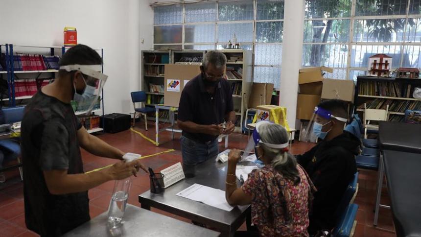 Abren los centros de votación en Venezuela para las elecciones al Parlamento