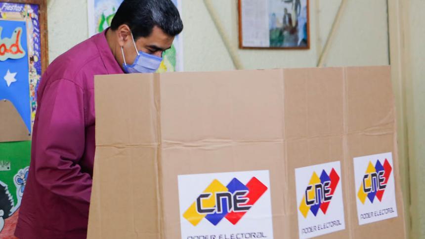 Maduro vota en las elecciones y pide dirimir diferencias a través del debate
