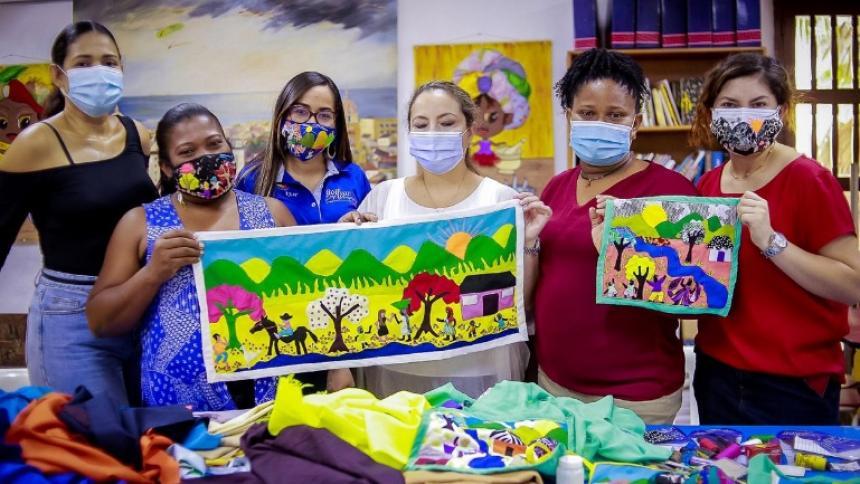 Algunas de las expositoras que participan en el Salón BAT de Arte Popular en el Museo Histórico de Cartagena.
