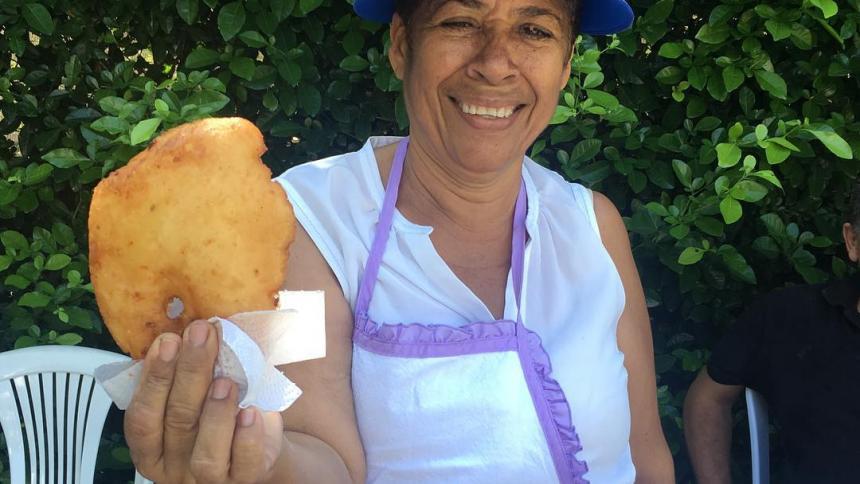 La Ona enseña una de sus populares arepuelas.