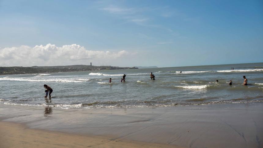 En las diferentes playas se cumplió el aforo permitido por las autoridades municipales.