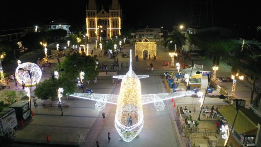 Un avión gigante, la maleta de viaje y el globo terráqueo decoran el parque de Turbaco en temporada de Navidad.