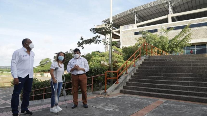 La gobernadora Noguera junto al rector Henao en un recorrido por la sede norte de Uniatlántico.