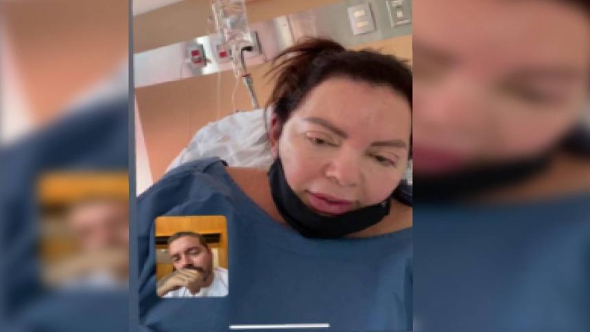 El cantante en una videollamada con su mamá, Alba Balvin. Ella se ve en un cuarto de hospital.