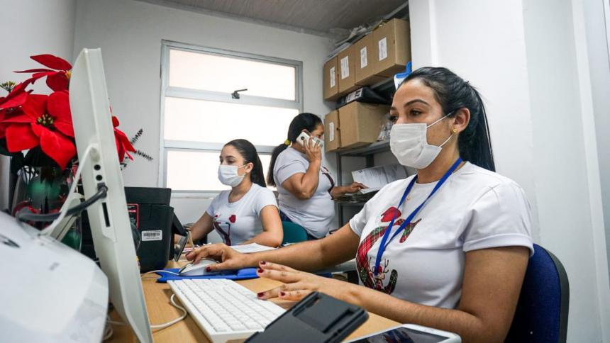 Cuatro funcionarias en el interior de una de las dependencias de la Alcaldía de Riohacha, la que más contrata mujeres.