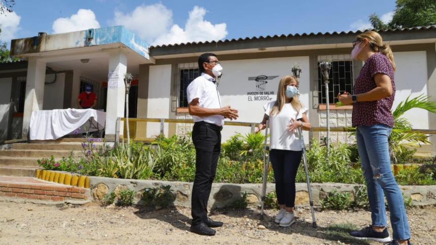 La gobernadora Elsa Noguera durante inspección a las obras en el puesto de salud de El Morro (Tubará).