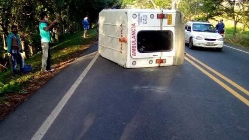 Ambulancia resultó volcada en las vías de Córdoba