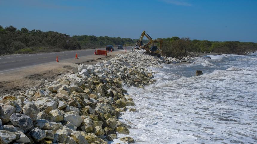 Los trabajos de enrocado ayer en el punto más crítico de los kilómetros 18 y 19.