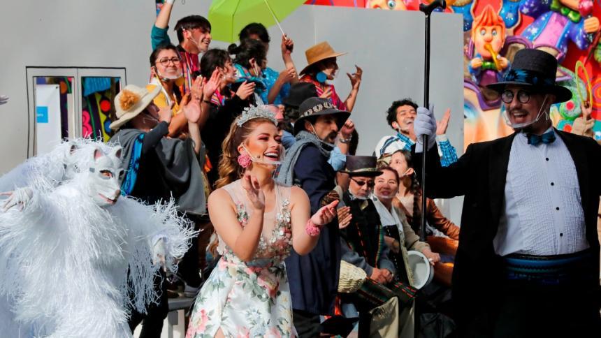La Reina (Lina Delgado) y Pericles Carnaval rodeados de su séquito festivo.