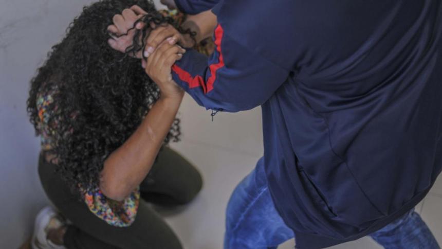 Representación de una mujer siendo agredida.