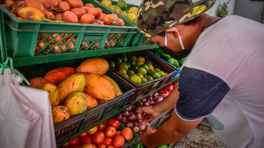 Una persona compra alimentos frescos en una tienda.