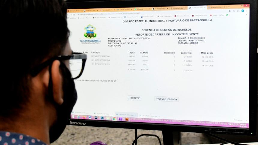 Una persona revisa la liquidación del impuesto predial en la página web.