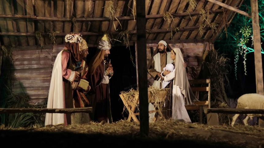Escena en la que los tres Reyes Magos se encuentran con María, José y el niño Jesús.