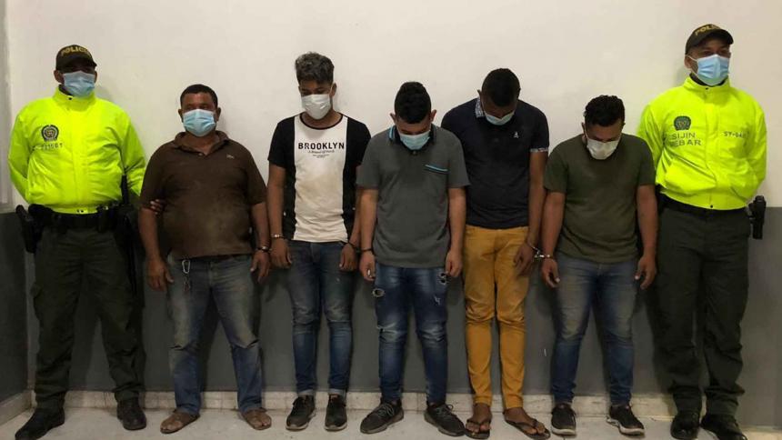Policía captura a cinco presuntos ladrones por robar mercancía de una bodega