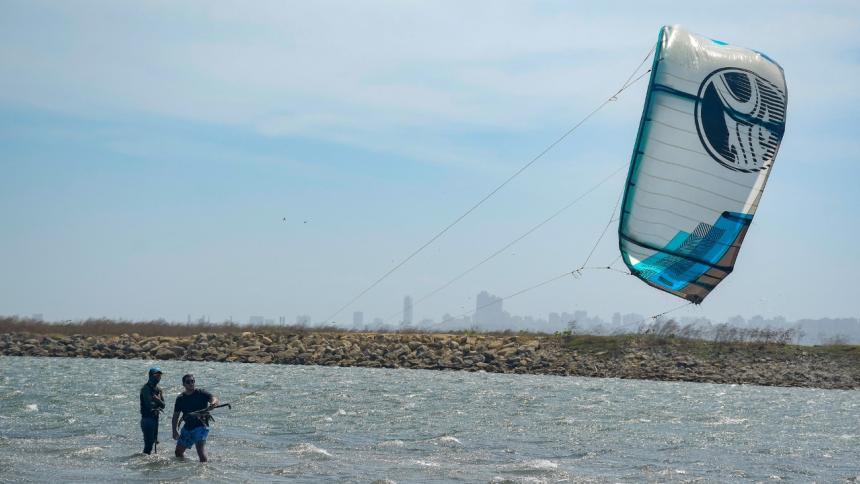 La práctica de los deportes náuticos se hace procpicia con la intensificación  de los vientos alisios.